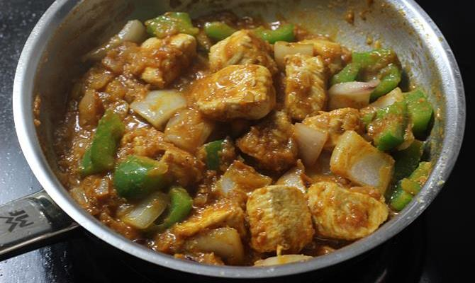 simmering curry to make chicken karahi recipe