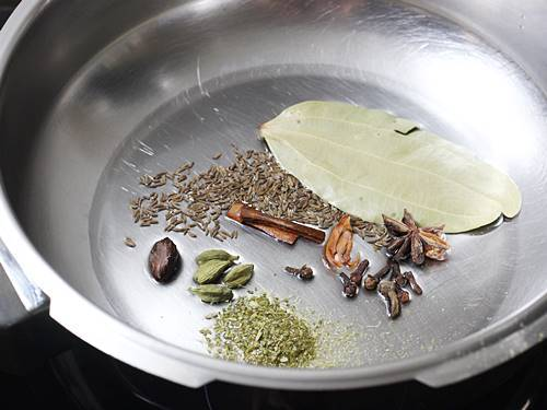 saute spices in oil for chicken pulao