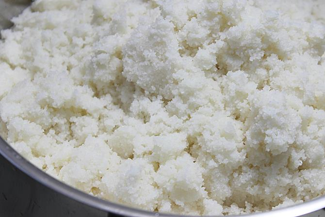 squeezing off water from rice rava for soft idli recipe