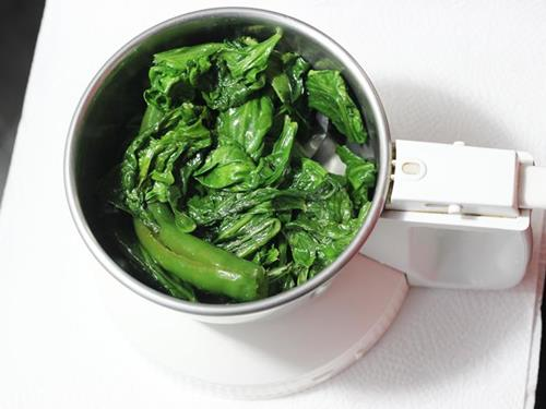 blend chili spinach to paste for making palak paneer