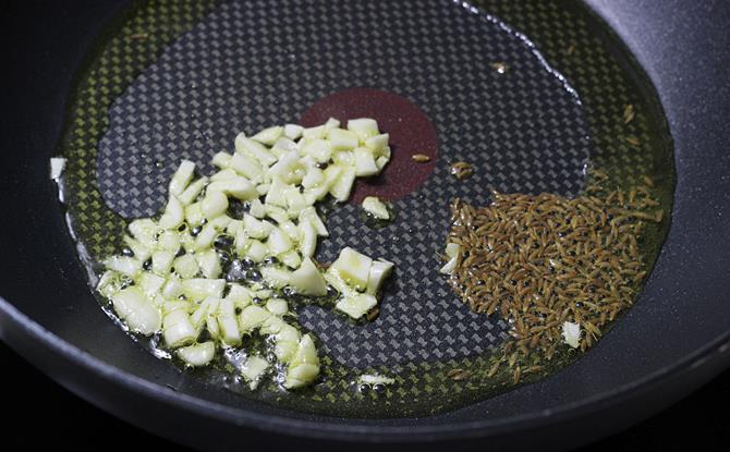 frying cumin garlic in oil for masala pasta