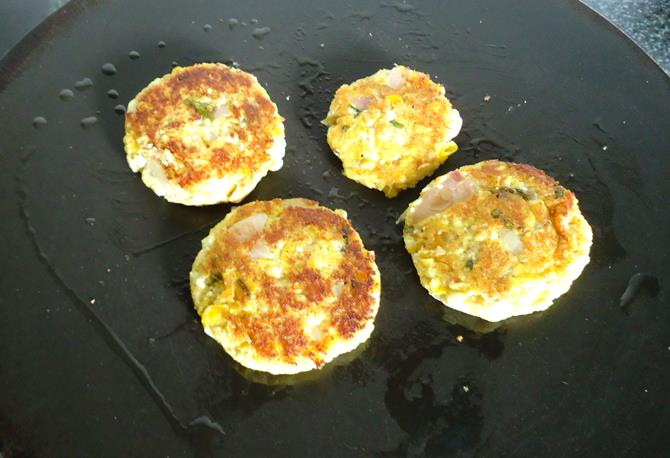 frying patties on a tawa to make paneer cutlet