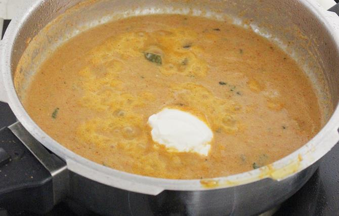 addition of yogurt to simmering gravy for sherva recipe
