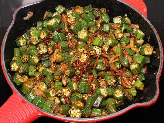 sauteing bhindi ki sabji in spices