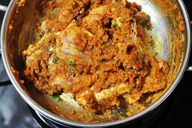 saute chicken with onion tomato masala