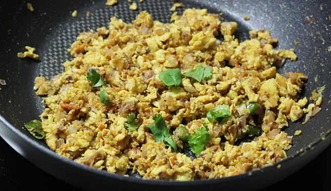 scrambling beaten eggs in the pan To make egg porutu