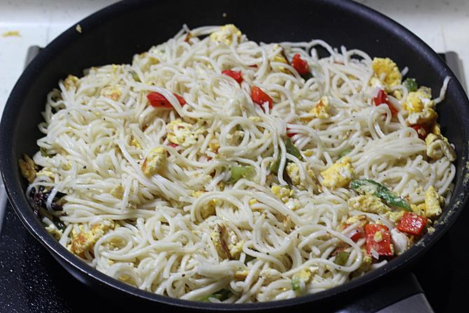 frying and garnish egg noodles