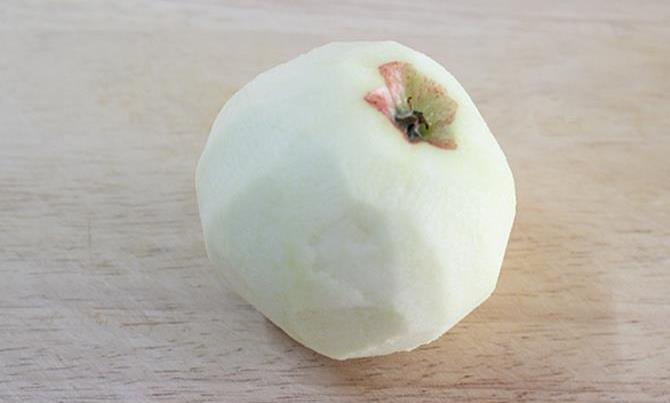 peeling fruit for apple oats porridge