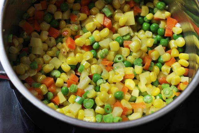 إضافة الخضروات لعمل شوربة الخضار