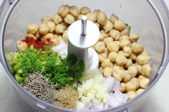 blending all ingredients to make falafel