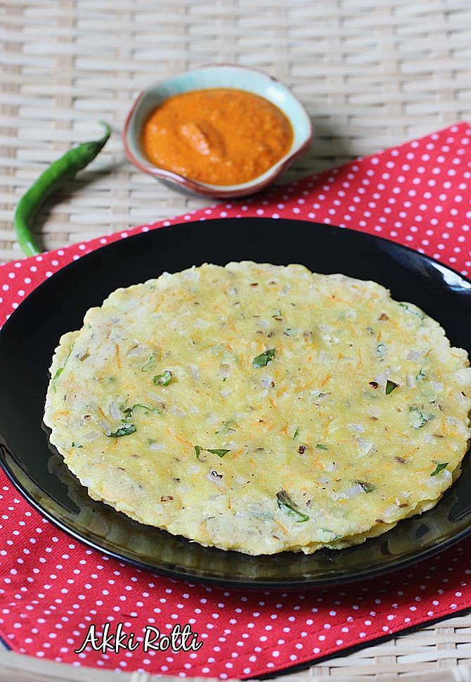 Akki roti recipe karnataka akki rotti recipe rice flour roti recipe karnataka style akki roti with chutney swasthi forumfinder Gallery