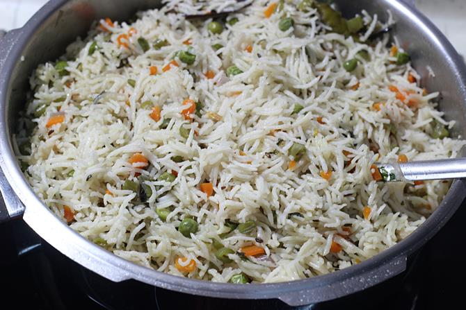 Garnish vegetable pulao made in cooker