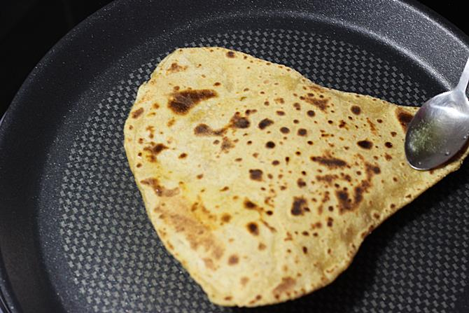 toasting with ghee in dal paratha recipe