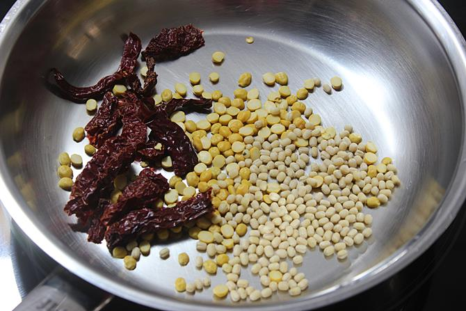 roasting dal for curry leaves powder