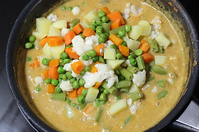 making gravy for navratan korma recipe