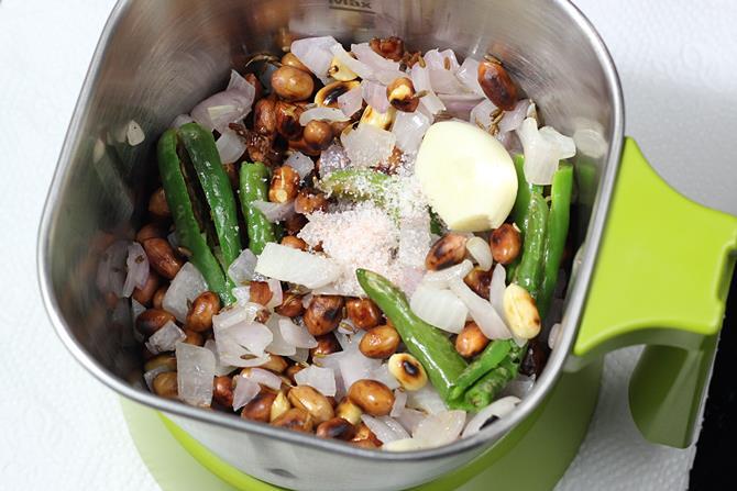 blending peanut onion chutney with water