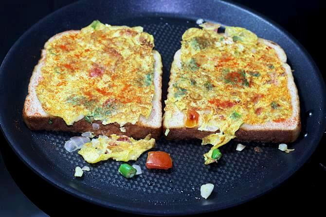 Making spicy egg toast on pan