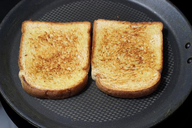 toast the bread on pan to make veg sandwich recipe