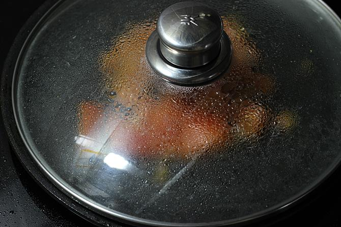 cooking tomato to make vegetable sandwich