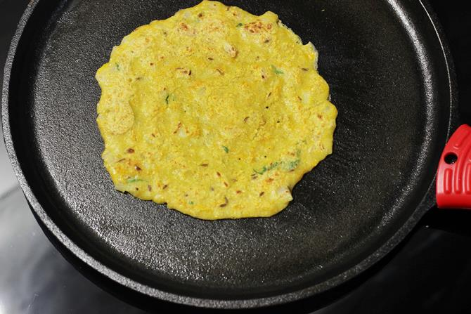 making crispy cheela on tawa