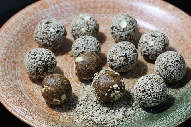 rolling dates sesame ladoo