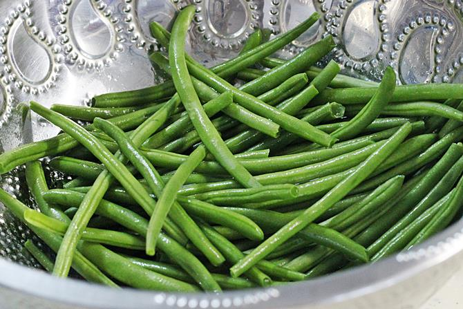 rinsing french beans to make poriyal