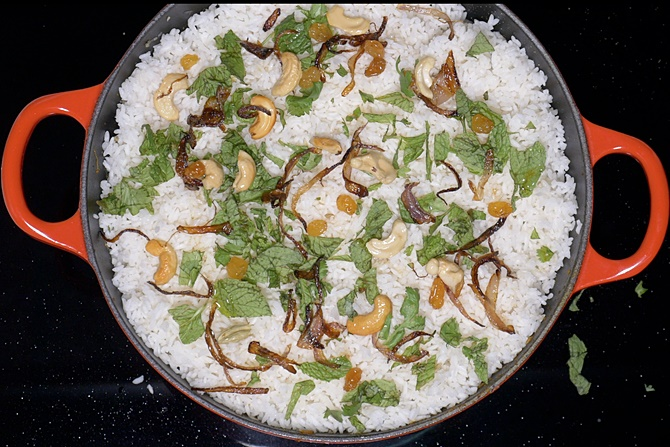 Sprinkle coriander leaves, pudina, fried onions, cashews and raisins