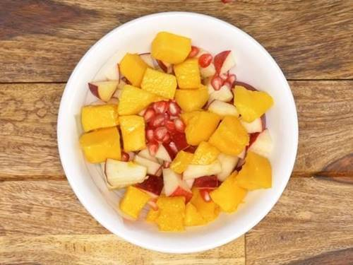 layer the fruits in serving bowl