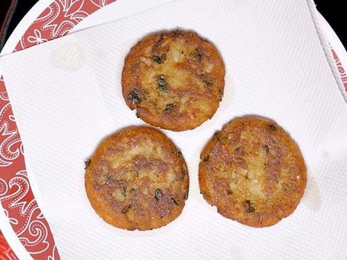 remove aloo tikki to a kitchen tissue