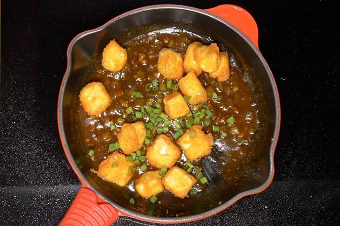 adding paneer to manchurian sauce