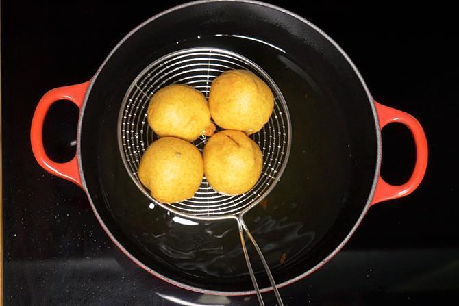Fried vadas for pav