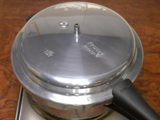 making cake in pressure cooker