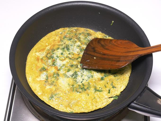 cooking spinach omelette