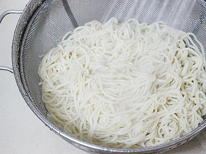 drain cooked noodles