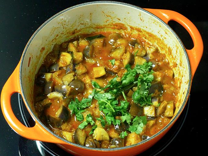 garnish brinjal curry with coriander leaves