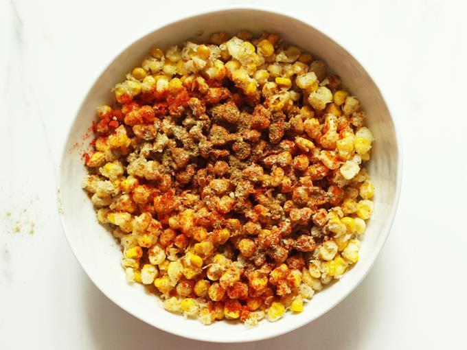 Sprinkle red chilli powder on corn
