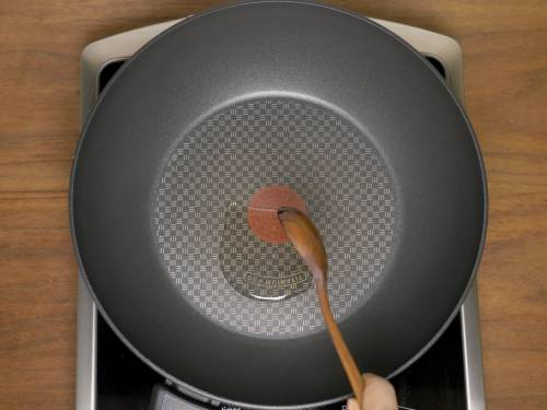 pouring oil to pan to make bhindi masala