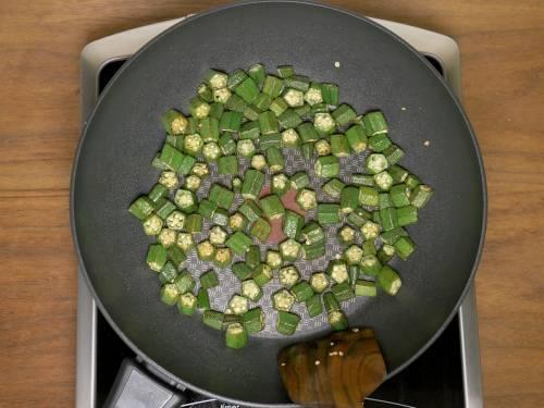 pan frying bhindi