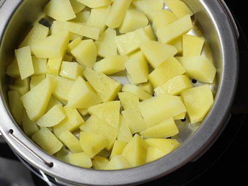 steaming potatoes for bread roll