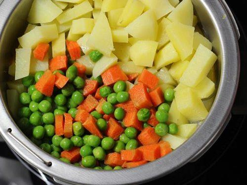 steaming carrots peas for bread roll