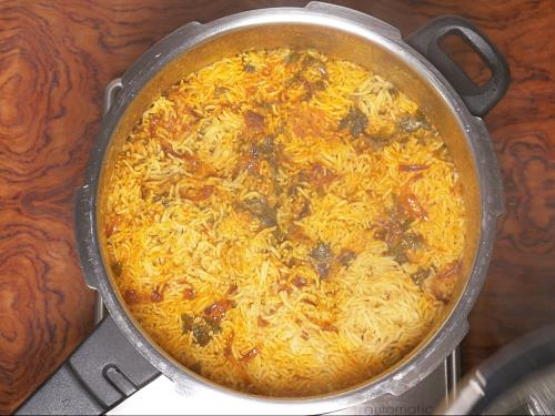 fluffing up cooked chicken biryani