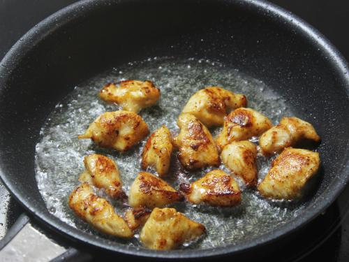 frying chicken in oil to make szechuan chicken