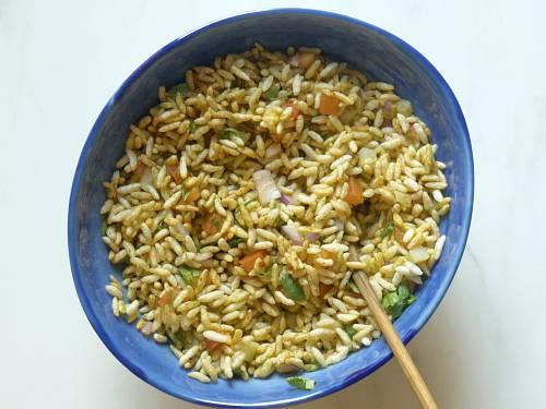 mixing bhel puri with chutney