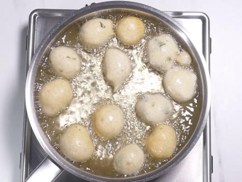 frying goli baje in hot oil