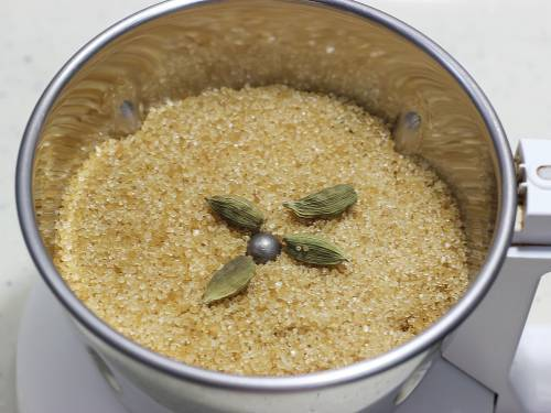 powder sugar in a blender for ladoo