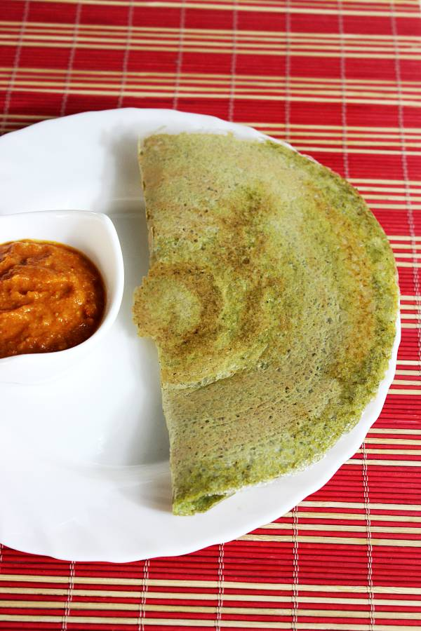 Oats green gram dosas are thin crepes made with rolled oats, green mung beans and spices.