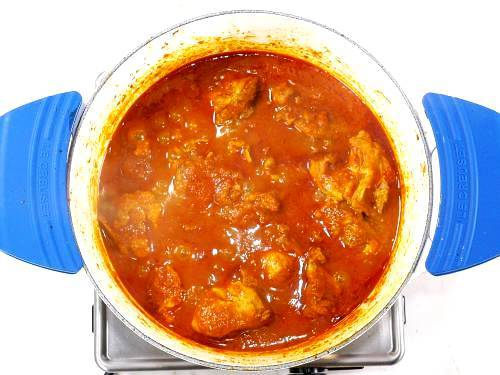 hot spicy chicken vindaloo in pot