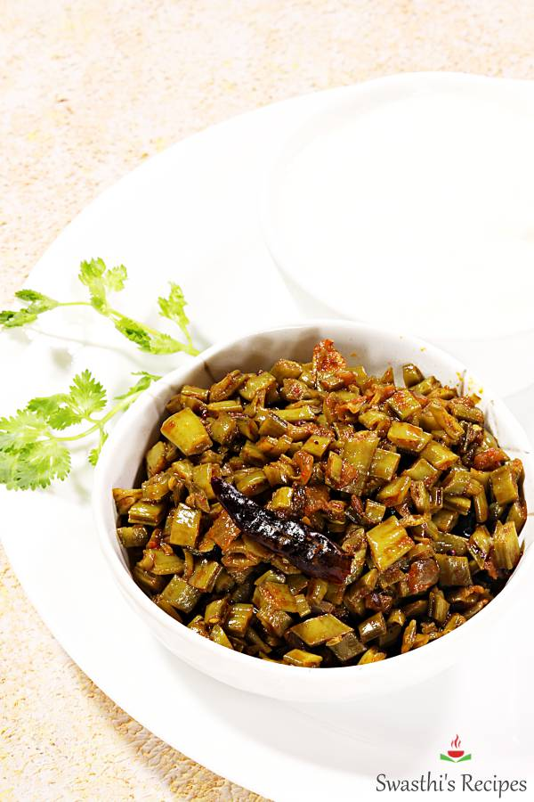Indian style cluster beans recipe made with cluster beans, onions, spices, curry leaves & ginger garlic. #indian #curry #vegetables #clusterbeans