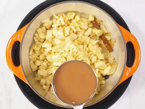 pouring apple vinegar for apple chutney