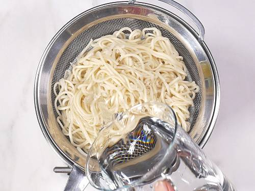 rinsing boiled hakka noodles